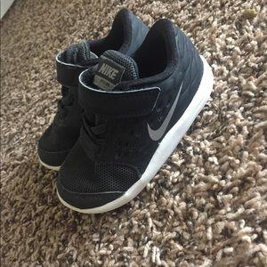Toddler boy black Nikes size 6.